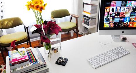 Sala de jantar se transforma em home office charmoso