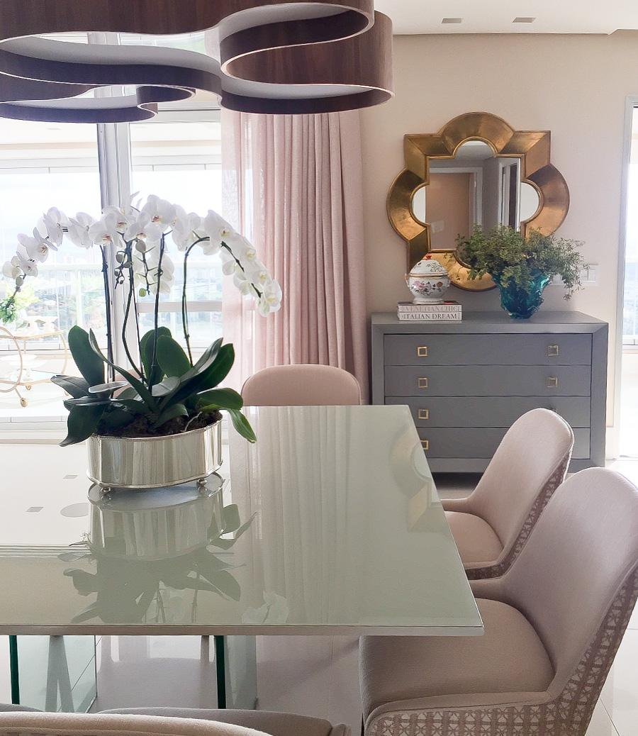 Cartela de cores sutil em apto com decoração contemporânea