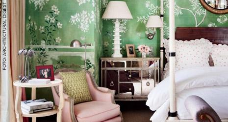 Papel de parede e toques de glamour encantam o espaço