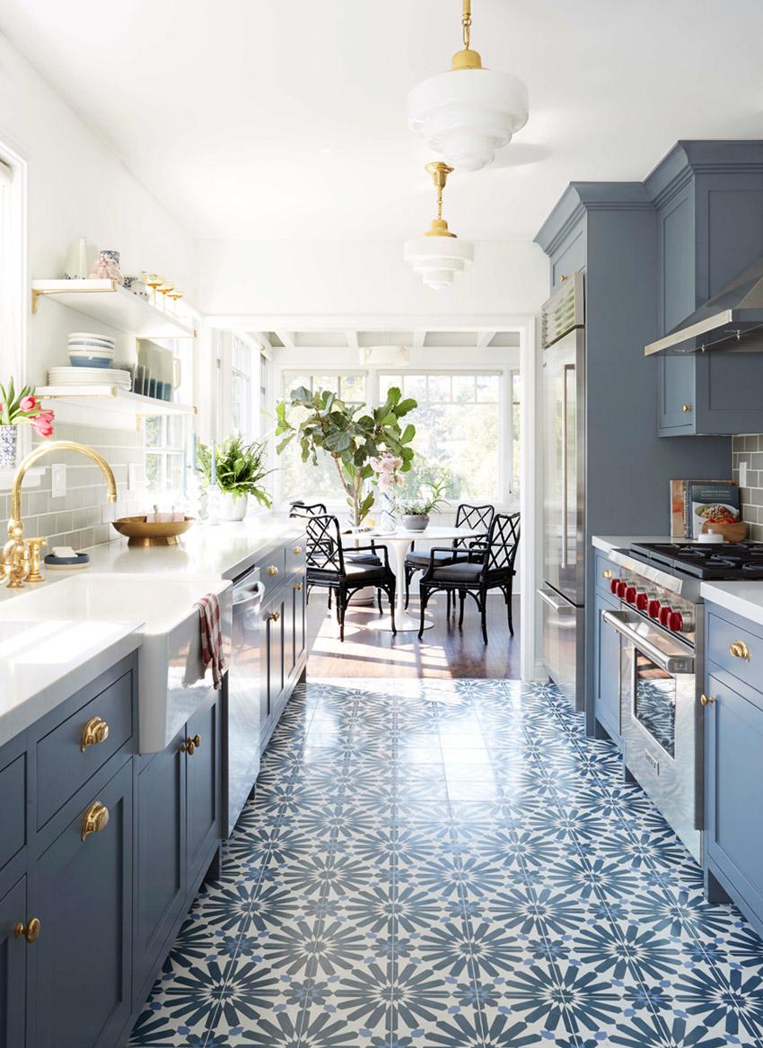 Cozinha Charmosa E Acolhedora Com Armarios Em Azul E Piso Estampado Living Gazette