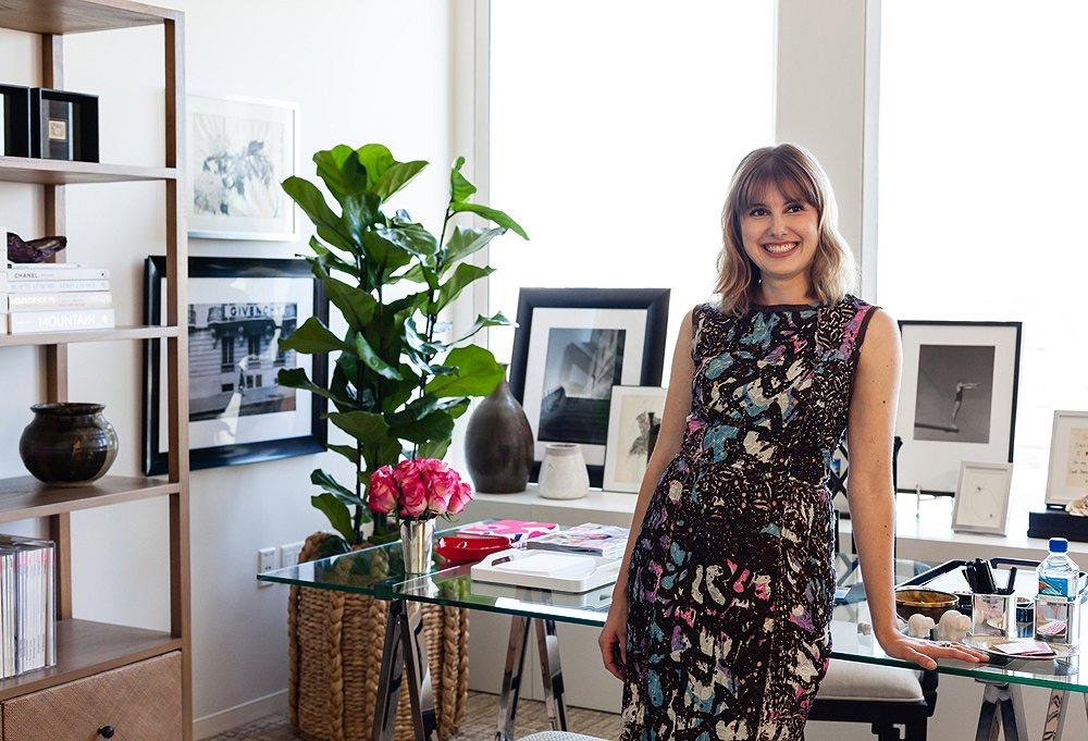 Um escritório neutro, com charme de casa para uma editora da Glamour USA
